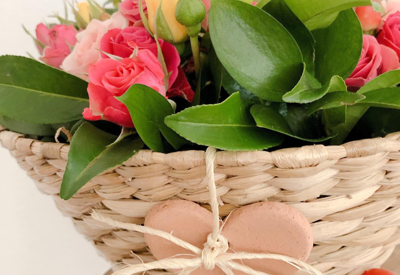 Cuia de tabua com mini rosas, vela  e coraçao