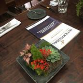 Arranjo de mesa almoço corporativo Figueira Roubayait