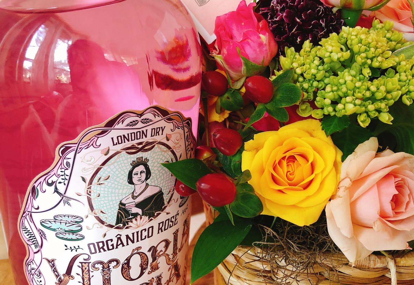 Cestina de mini rosas, vela, coraçao e gin nacional Vitoria Regia