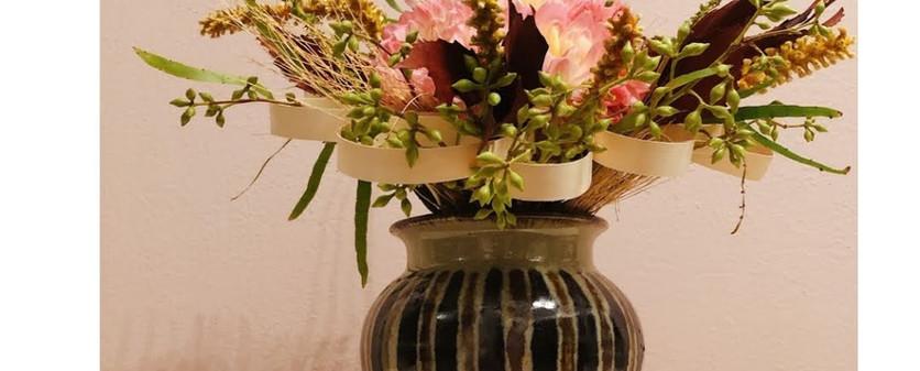 Buquet com dalias e estrutura de bambu
