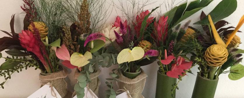 Arranjos tropicais modelo P com vaso de bambu'