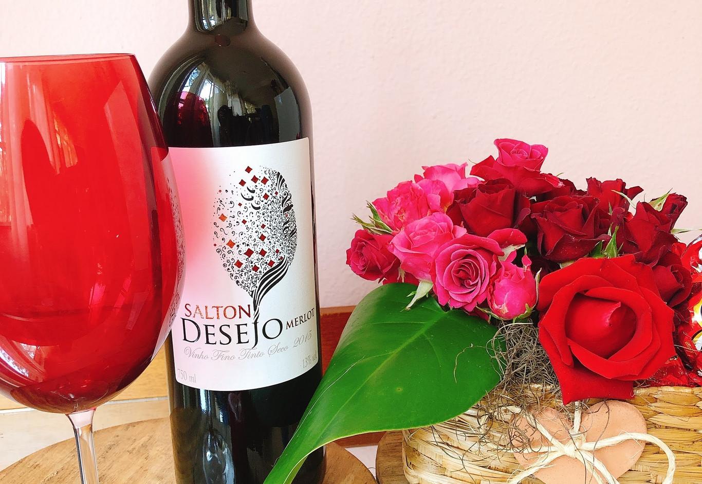 Cestinhas de mini rosas, chocolate, vinho e vela artisanal