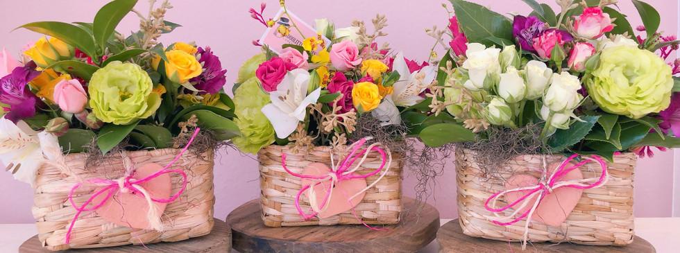 Cestinhas floridas com minirosas e flores de estacao