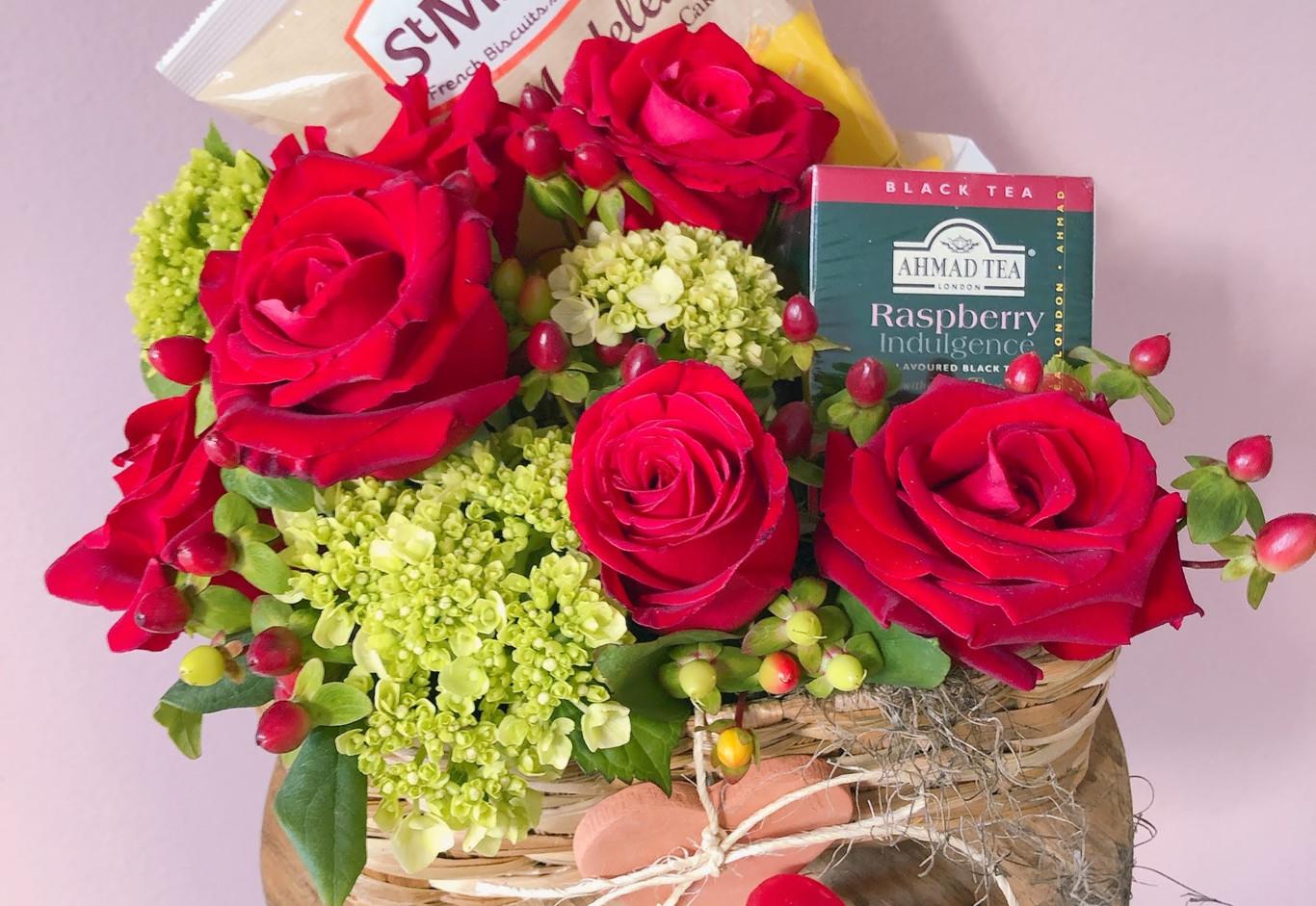 Cestinha com rosas , vela, chá e Madeleines