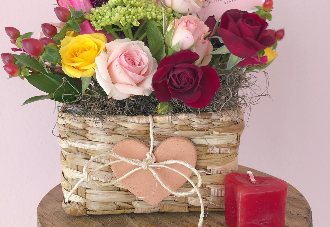 Cestinha com mini rosas, vela e coraçao