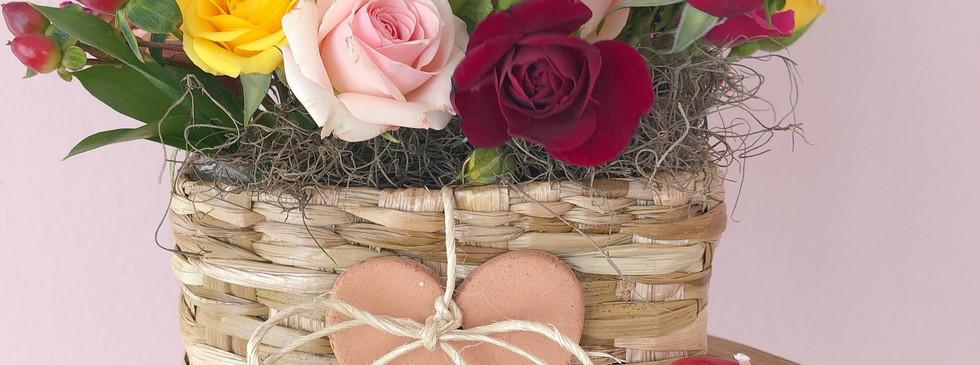 Mini cestinha com rosas e flores de estacao