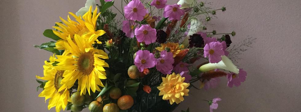 Arranjo estilo ingles com flores e frutas