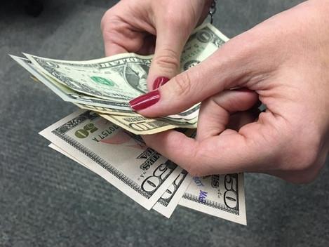 Dólar sobe pela 4ª sessão seguida e fecha acima de R$ 3,32, no maior valor desde junho