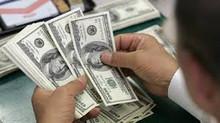 Dólar fecha em queda, mas acumula alta de quase 2% em fevereiro