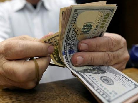 Dólar fecha em queda e volta a R$ 3,30, mas termina a semana em alta