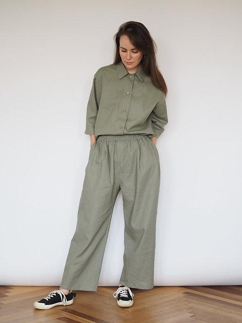 Костюм оливковый с рубашкой и брюками из льна