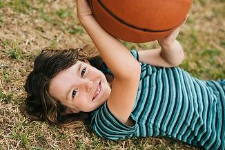 Bub mit Basketball