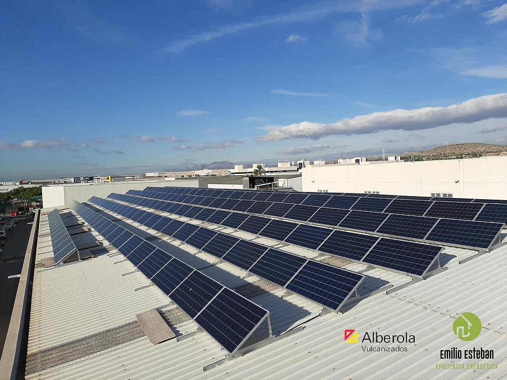 Instalación fotovoltaica en Elche promovida por la empresa Vulcanizados Alberola comprometida con el medio ambiente