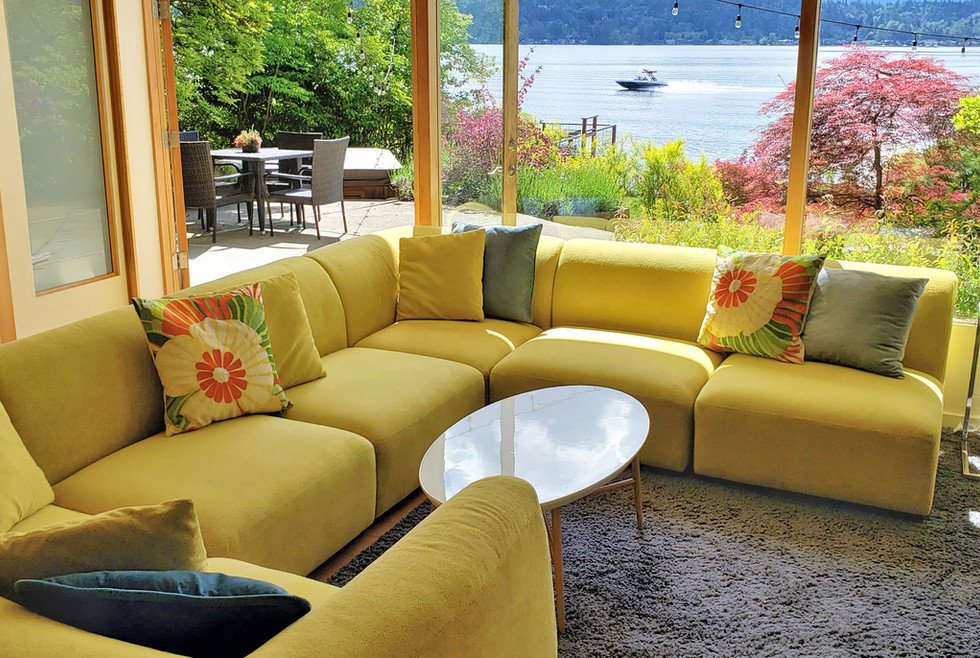 G24 - 07 FR - Yellow couch to hot tub -