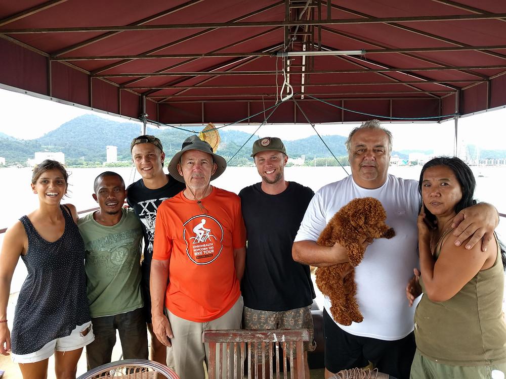 La Familia (de izquierda a derecha): Tamar, Hafiz, Luca, Jimmy, Devon, Massimo, Judy y Bafu.