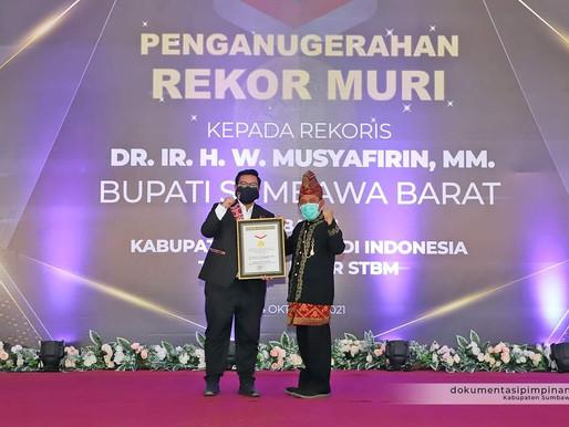 Pertama di Indonesia, Bupati Sumbawa Barat Raih Rekor MURI Tuntas 5 Pilar STBM