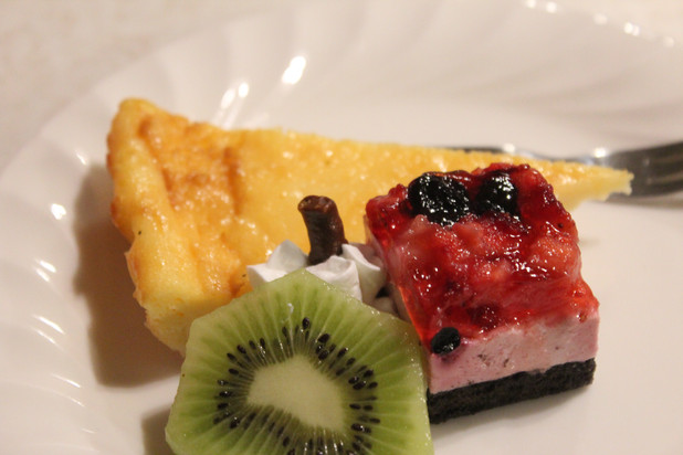 自家製チーズケーキとフルーツ