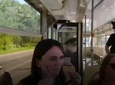 Лицевая маска в общественном транспорте.