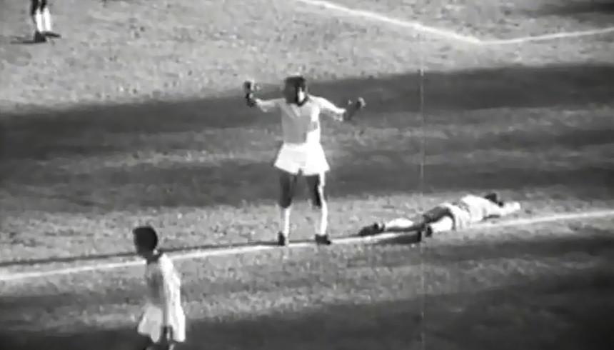 Figura II Nilton Santos engana a arbitragem ao sair da área após pênalti cometido contra os espanhois.