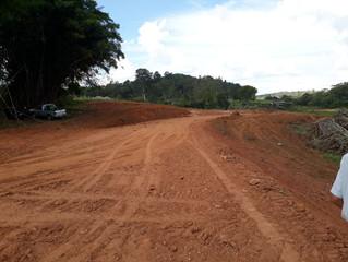 Obras de terraplanagem do loteamento Santa Rita da Pedra Amarela em Jacutinga MG, retorna após pausa