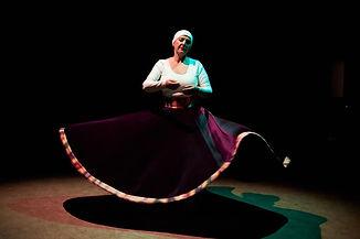 Brigitte Ferchichi tanzt Drehtanz.jpg