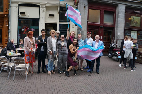 Vrolijk en gezellig samenzijn tijdens viering transgender flag day