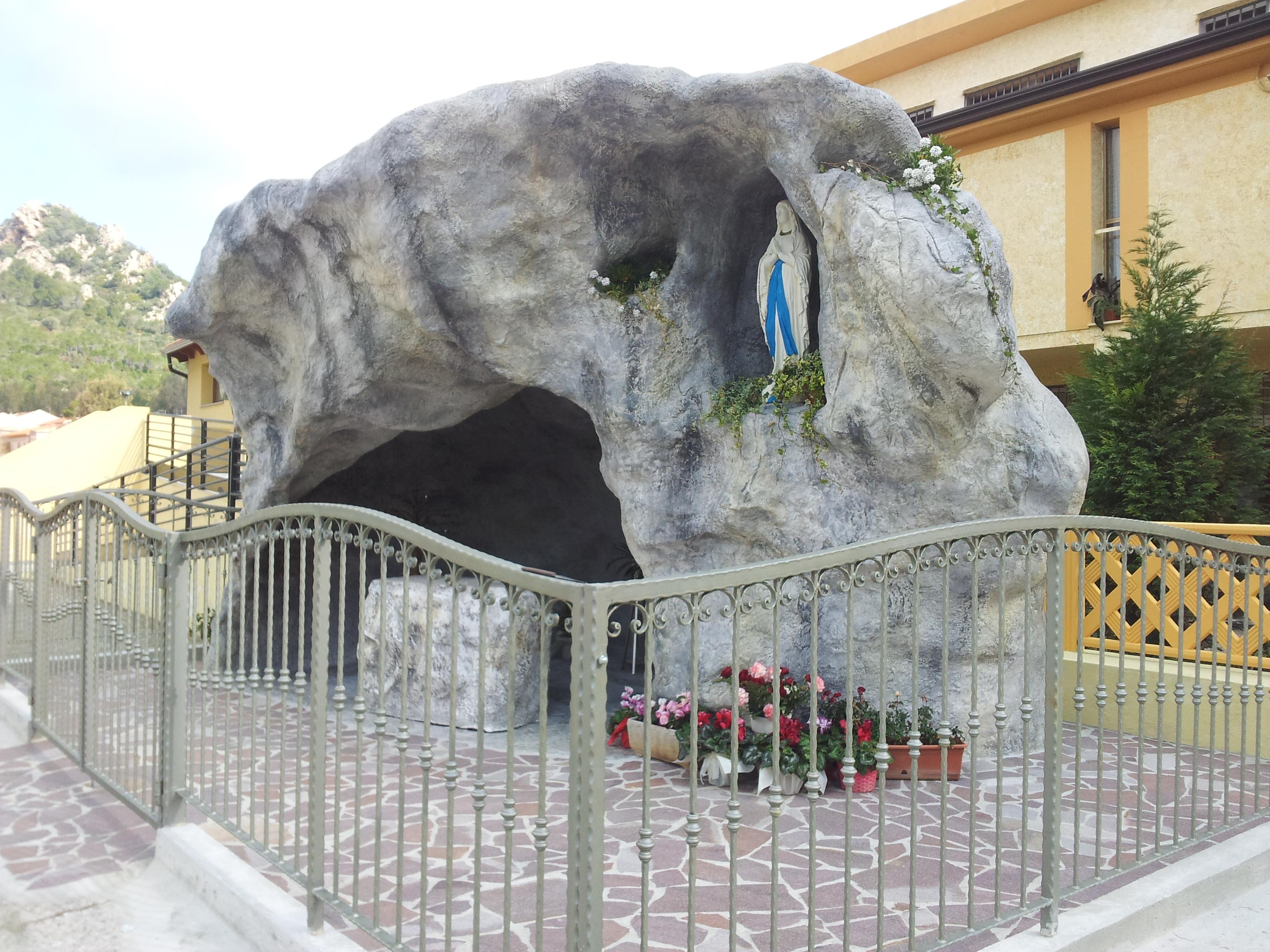 riproduzione grotta di Lourdes Madonna in roccia artificiale 1