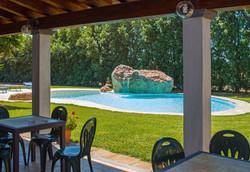 piscina scenografica con rocce