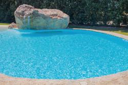 piscina con cascata in roccia artificial