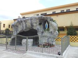 riproduzione grotta di Lourdes Madonna in roccia artificiale