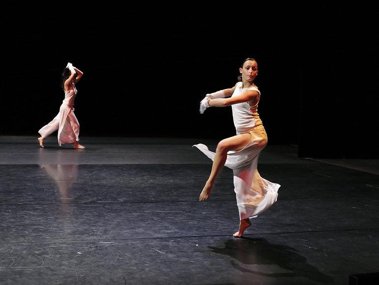 女性ダンサー