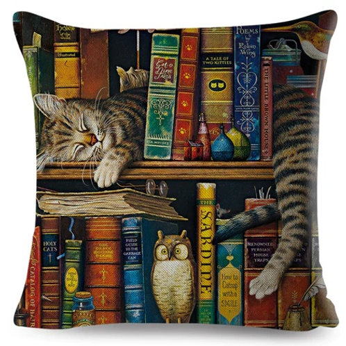 Kussenhoes Poes slaapt tussen de boeken