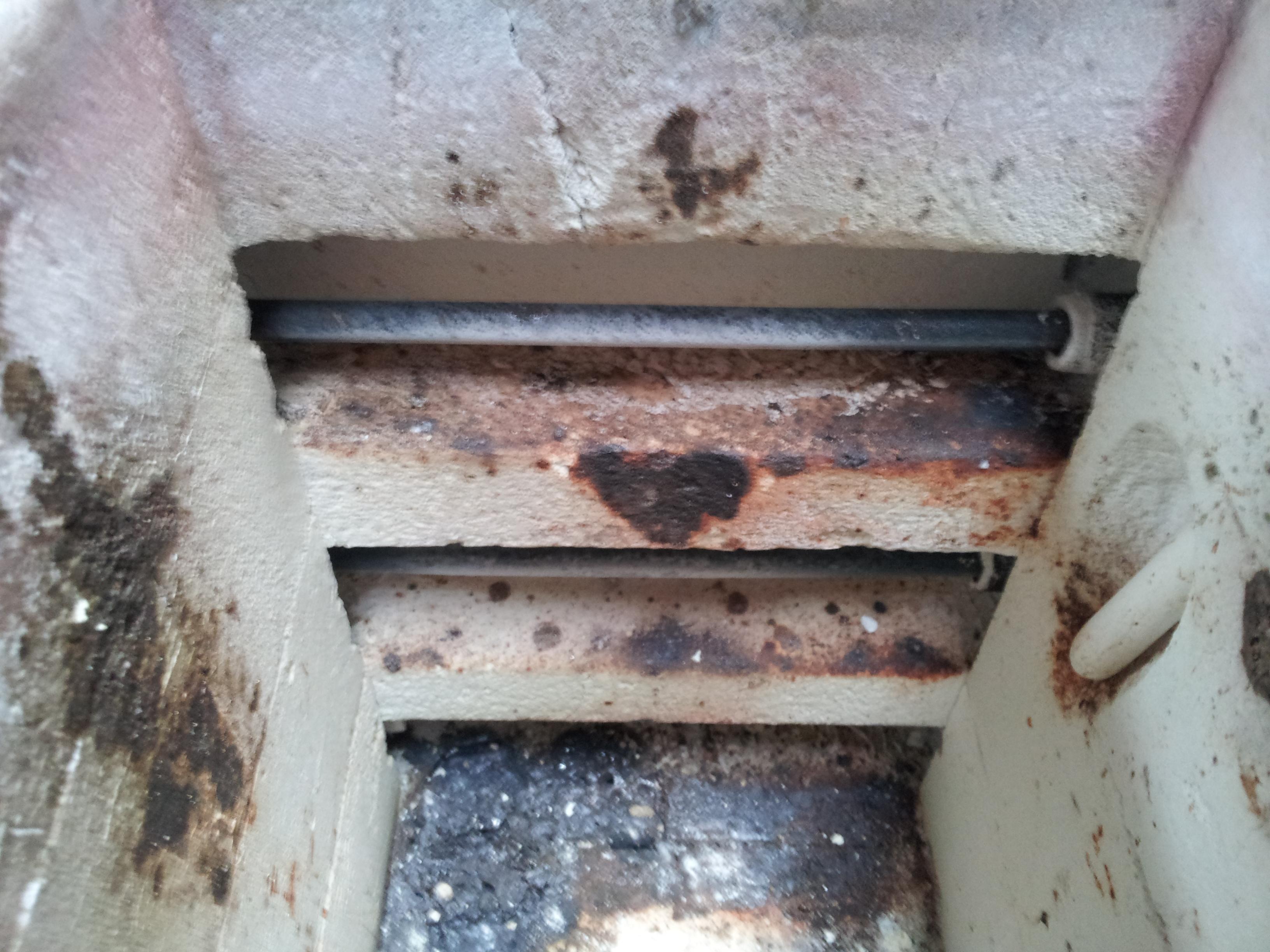 Smelt op ovenwand en verwarmingselementen