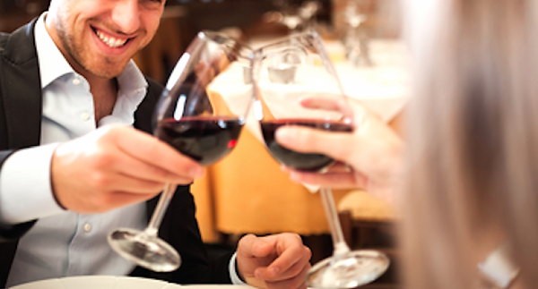 Couple-toasting-wineglasses-in-a-luxury-