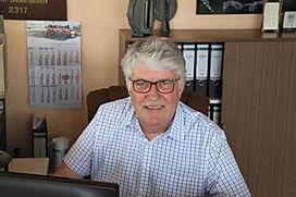 Das Bild zeigt einen Mitarbeiter im Verkauf von Grabsteine Jakobs.