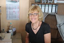 Das Bild zeigt eine Mitarbeiterin im Verkauf von Grabsteine Jakobs.