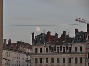 La lune et la ville.JPG