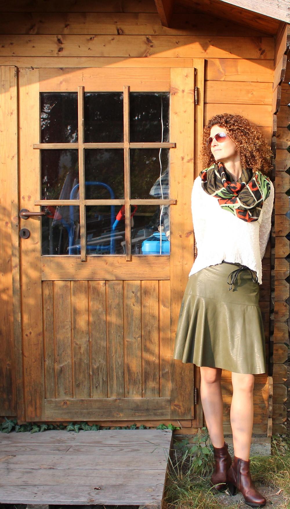 Wer das QUEENS nicht kennt hat was verpasst. Ilse hat in ihrem Geschäft die coolsten und fetzigsten Dirndl und feminine Mode. Sie trägt einen Lederrock um Euro