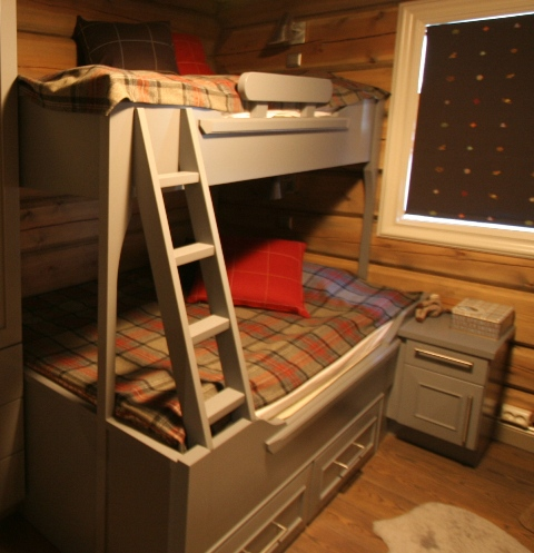 familiekye med sengeskuffer