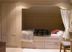 nordby soverom. seng bygget sammen med garderobeskap til taket