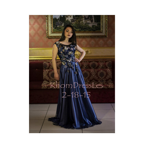 שמלת מחוך סאטן כחולה מעוצבת מעוטרת בפרחי תלת מימד