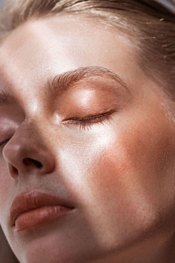 Ecco i nostri consigli su come combattere l'iperpigmentazione della pelle e uniformare il tono dell'incarnato.