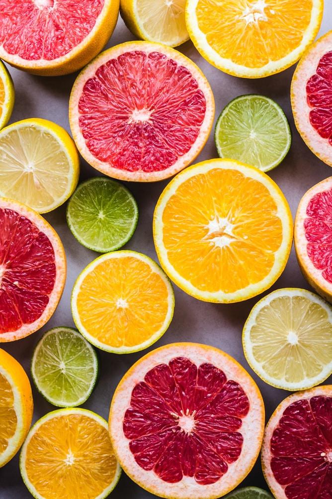 La vitamina C è un ingrediente che in cosmesi viene utilizzato per i suoi numerosi benefici per la pelle.