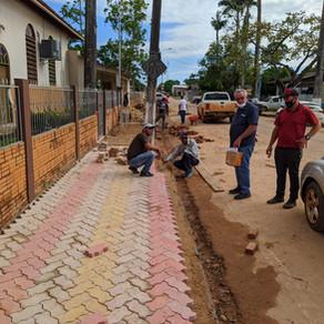 PREFEITURA DE PLÁCIDO DE CASTRO SEGUE NA RECONSTRUÇÃO DE CALÇADAS