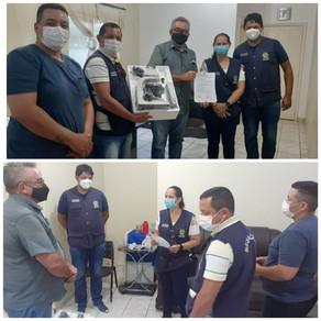 Representantes do governo do Estado entrega microscópio ao prefeito de Plácido de Castro