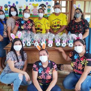 CRAS distribui lembranças no Distrito de Campinas para as crianças.