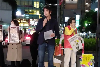 フラワーデモでスピーチする田島つよし