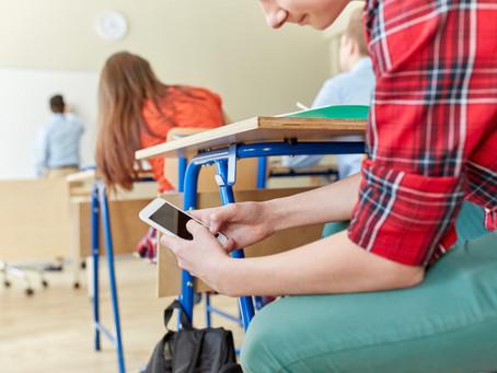 Школярам на заняттях заборонять користуватись мобільними телефонами та заходити в інтернет