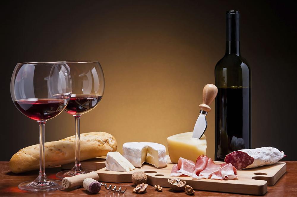 O vinho tinto, teoricamente, pode anular os males da gordura saturada, segundo o paradoxo francês
