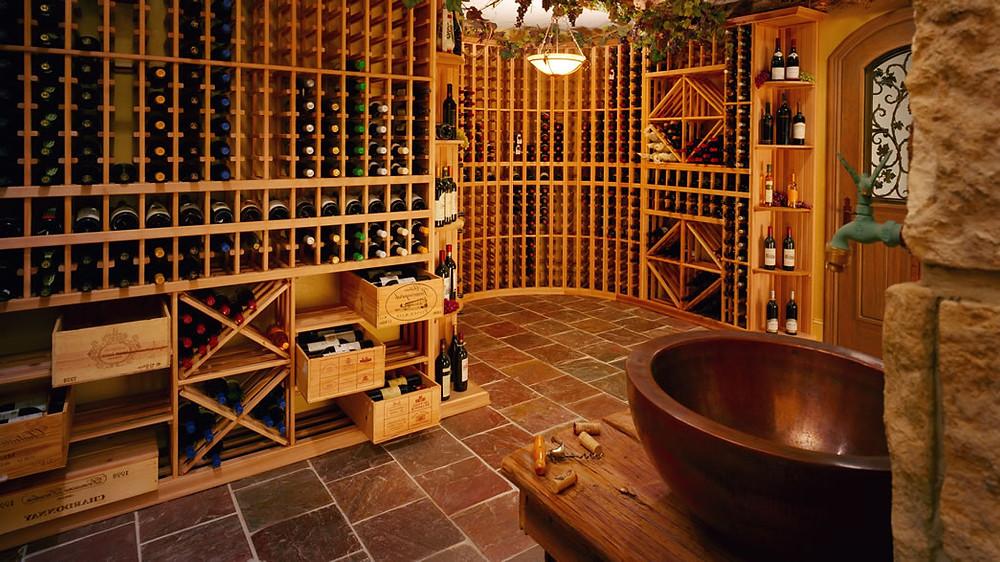 Nas adegas os vinhos são guardados na posição horizontal (Foto: reprodução/internet)
